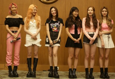 Photo 1. Girlband asal Korea, MOMOLAND, ditemui di acara bersama media Super K-Pop Festival 2019 (29_09_2019)
